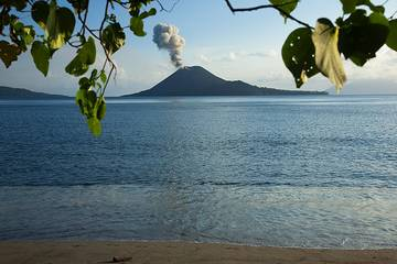 The eruption of Anak Krakatau seen from the tropical paradise beach of Rakata. (Photo: Tom Pfeiffer)